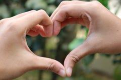 Un symbole de l'amour à la main image libre de droits