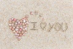 Un symbole de l'amour a fait une forme de coeur de la coquille et du lo de mot Photographie stock