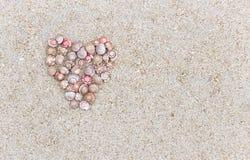 Un symbole de l'amour a fait une forme de coeur de la coquille sur le Ne de plage Photo stock