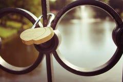Un symbole de l'amour, la serrure sur le pont Image libre de droits