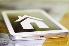 Un symbole de maison sur l'écran de téléphone portable Images stock