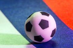Un symbole du football Une photo d'un ballon de football sur le drapeau de la Fédération de Russie Macro Fin vers le haut Concept Images libres de droits