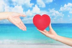 Un symbole rouge d'amour de coeur Photos stock