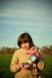 Un té de consumición de la chica joven al aire libre Imagenes de archivo