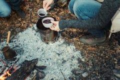 Un té de consumición del grupo de personas, un café y un vino reflexionado sobre en el ou Imagen de archivo libre de regalías