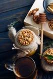 Un té fragante de la flor con las galletas deliciosas en la tabla oscura imágenes de archivo libres de regalías