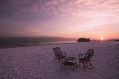 Un té para dos en una playa de la nieve en la salida del sol Imágenes de archivo libres de regalías