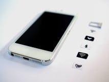 Un téléphone intelligent blanc, un bac à cartes de sim et un petit papier simulés As Image stock