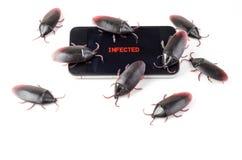Un téléphone intelligent infecté par virus image stock