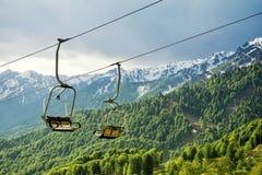 Un télésiège d'auvent à l'arrière-plan des montagnes dans la somme Images libres de droits