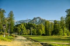 Un télésiège d'auvent à l'arrière-plan des montagnes dans la somme Image libre de droits
