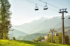 Un télésiège d'auvent à l'arrière-plan des montagnes dans la somme Photo libre de droits