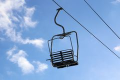 Un télésiège vide avec un ciel bleu Images libres de droits