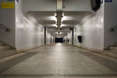 Un túnel abandonado debajo del ferrocarril Imagen de archivo libre de regalías