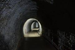 Un túnel que lleva a la puerta al exterior, en la cueva de hielo en Kungur foto de archivo libre de regalías