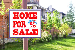 Un tabellone per le affissioni che annuncia la vendita del bene immobile Immagine Stock Libera da Diritti