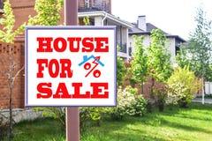 Un tabellone per le affissioni che annuncia la vendita del bene immobile Fotografia Stock