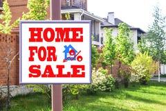 Un tabellone per le affissioni che annuncia la vendita del bene immobile Fotografie Stock