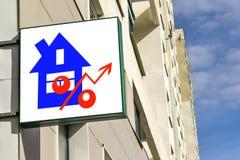 Un tabellone per le affissioni che annuncia la vendita del bene immobile Immagini Stock Libere da Diritti