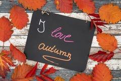 Un tableau noir avec les salutations d'automne d'inscription en anglais photos libres de droits