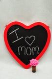 Un tableau noir de forme de coeur avec une maman d'amour du message I Photos stock