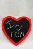 Un tableau noir de forme de coeur avec une maman d'amour du message I Photo stock