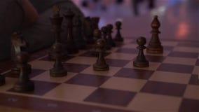Un tablero de ajedrez con ajedrez almacen de video