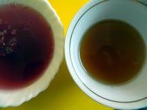 Un tablero de la cocina en el cual una taza de té y una placa de la jalea Fotografía de archivo libre de regalías