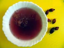 Un tablero de la cocina en el cual una taza de té y una placa de la jalea Fotos de archivo libres de regalías