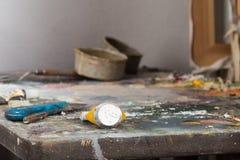 Un tablero de la paleta con tubos de la pintura Fotografía de archivo libre de regalías