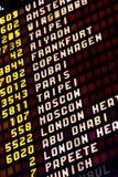 Un tablero del horario del vuelo internacional Foto de archivo
