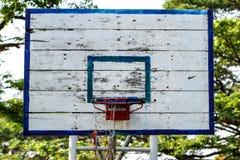 Un tablero trasero de baloncesto viejo Fotografía de archivo