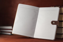 Un taccuino con i manuali su una tavola di legno Fotografia Stock Libera da Diritti