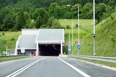 Un taglio del traforo della strada principale attraverso una montagna Immagini Stock Libere da Diritti