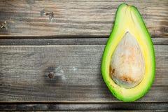 Un taglio maturo dell'avocado con l'osso immagini stock