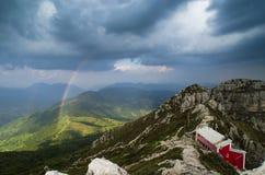 Arc-en-ciel entre les montagnes Photographie stock libre de droits