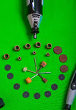 Un taladro gris con los accesorios de la perforación en la opinión aérea del fondo verde Fotografía de archivo libre de regalías