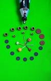 Un taladro gris con los accesorios de la perforación en la opinión aérea del fondo verde Fotos de archivo libres de regalías