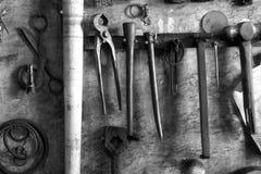 Un taller mecánico antiguo polvoriento es lleno de suciedad en la ciudad vieja fotografía de archivo