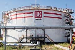 Un tanque de almacenamiento grande para los productos derivados del petróleo ligeros con el logotipo de LUK Imagen de archivo libre de regalías