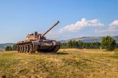 Un tanque de la guerra en un campo Imagen de archivo libre de regalías