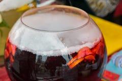 Un tanque de sacador rojo del vino espumoso con la fruta al aire libre Imagenes de archivo