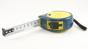 Un tape-measure dei cinque tester su bianco fotografia stock libera da diritti