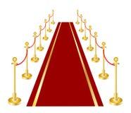 Un tapis rouge et un velours rope avec du laiton d'or Photos libres de droits
