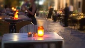 Un tarro con una vela en una tabla en la noche Imagen de archivo libre de regalías