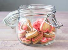 Un tarro de cristal con las galletas en forma de corazón hechas en casa Fotografía de archivo libre de regalías