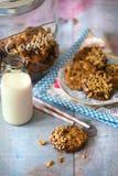 Un tarro de galletas del estilo rural con las galletas y la leche Fotos de archivo libres de regalías