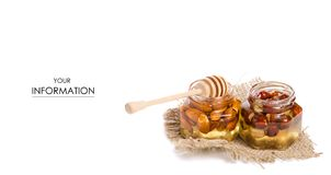 Un tarro de la miel con una cuchara para el modelo de las nueces de la miel Imagenes de archivo