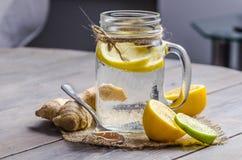 Un tarro del maison con té del jengibre y del limón en el fondo de madera Fotografía de archivo libre de regalías