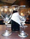 Un tarro del vino con dos copas de vino en el restaurante Imagen de archivo libre de regalías